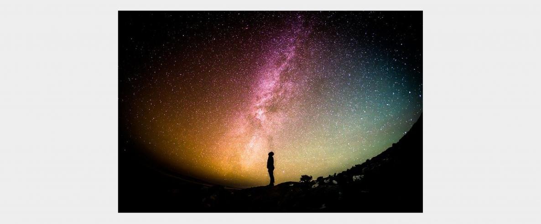 personne devant un ciel étoilé